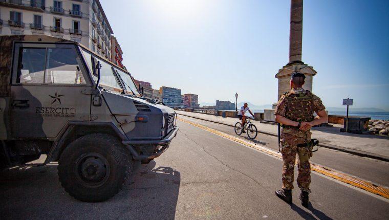 Militari Esercito Italiano impiegati operazione strade sicure. Pattuglia di soldati presidiano il lungomare Caracciolo Napoli.