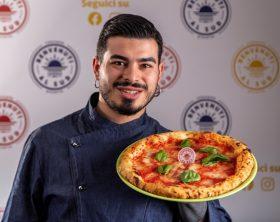 michele-spinelli-mostra-la-sua-pizza-margherita-gluten-free-appena-sfornata-web