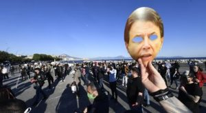 Fase 2: Napoli; protesta di 300 esercenti, folla sul lungomare