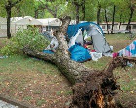 Albero su tenda durante nubifragio, muore bimba torinese