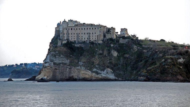 procida-il-palazzo-davalos-visto-dal-mare