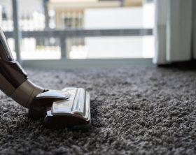 uomo-del-primo-piano-che-usando-un-aspirapolvere-mentre-pulendo-nella-stanza_36325-1714