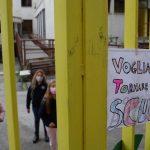 738284-thumb-full-720-protesta_genitori_lasciano_zaini