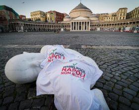 'Look down', il bimbo in catene di Jago in piazza del Plebiscito a Napoli, da oggi, ha una maglietta: è' quella degli operai della Whirlpool di Napoli, che hanno vestito la statua in marmo, installata in piazza qualche giorno fa, 08 novembre 2020 ANSA/CESARE ABBATE