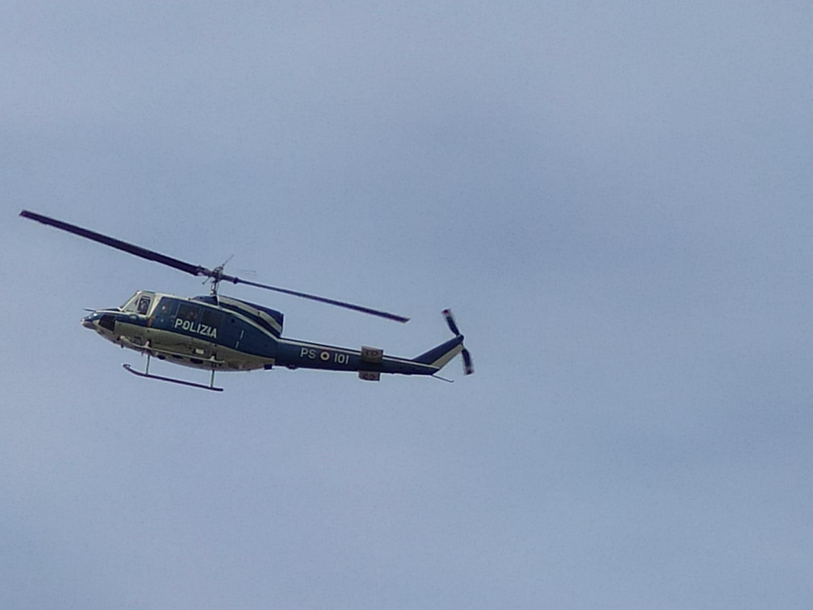 L'elicottero della polizia di Stato impegnato nelle operazioni consequenziali al crollo del manto stradale nell'area parcheggio dell'ospedale del Mare di Ponticelli