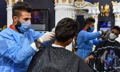 parrucchiere-con-maschera-e-guanti-420x252