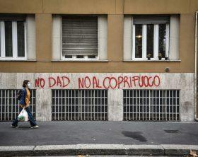 Scritte contro il lockdown e il coprifuoco a Milano